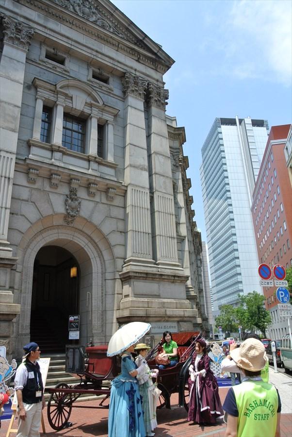 横浜J1154歴史館前鹿鳴館衣装馬車撮影全景05