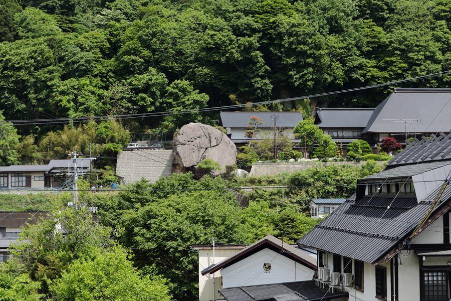 山寺駅から見える巨岩05