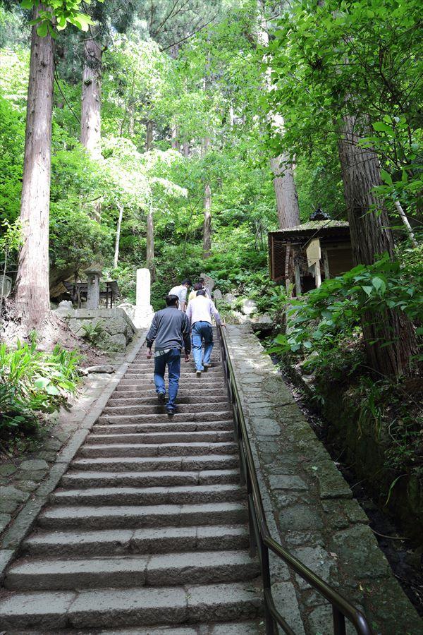山寺急な階段09