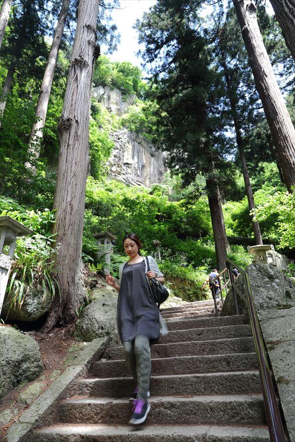 山寺急な階段美女も登山11