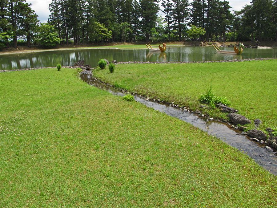 平泉毛越寺02池と曲水遊びの流れ01
