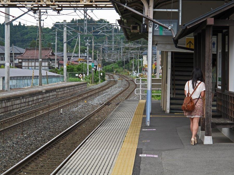 平泉駅ホーム電車を待つ女06