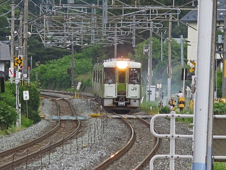 平泉駅ホーム近づく列車07