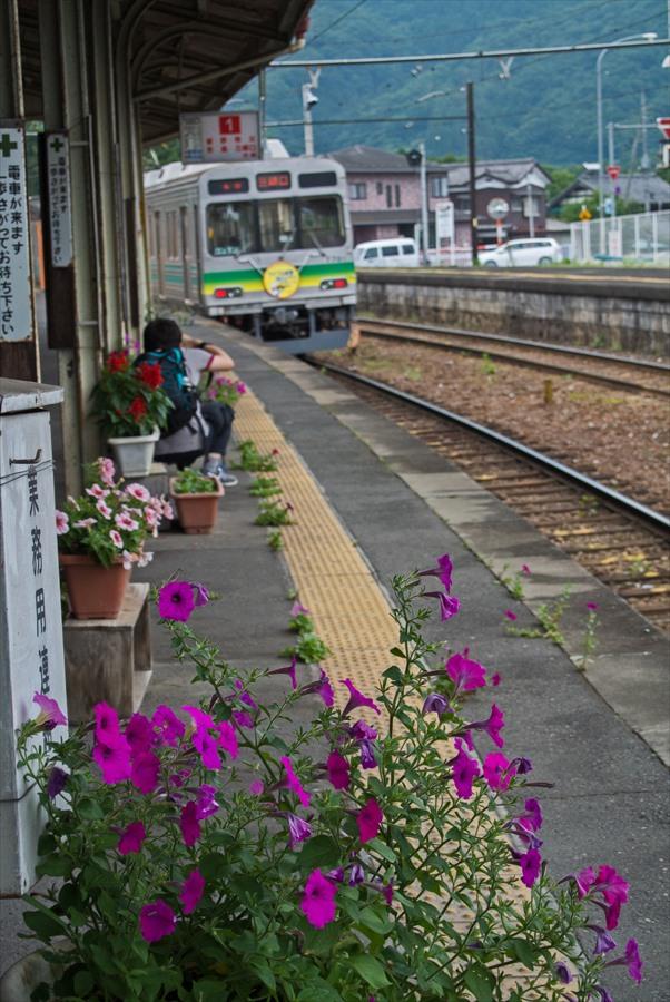 秩父鉄道駅構内風景03上長瀞過ぎ去る電車とホーム01