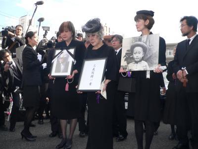 故藤本義一氏の葬儀で、取材陣に囲まれる藤本統紀子さんと娘さん