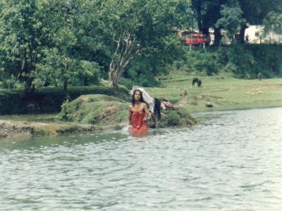 ペワ湖に入って体を洗うネパーリーの若き乙女