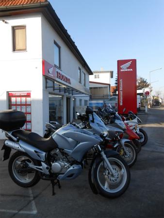 バイク屋の前3