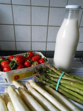 牛乳とアスパラとイチゴ
