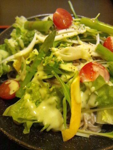 バジルとチーズのサラダ蕎麦!