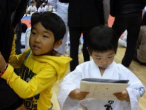 20131208 関西ジュニア交流大会 パンフレットを見るコウガそしてワト!