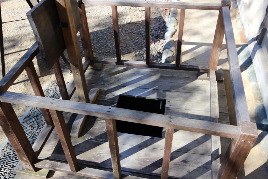 屋外に設置してある男性用小便器