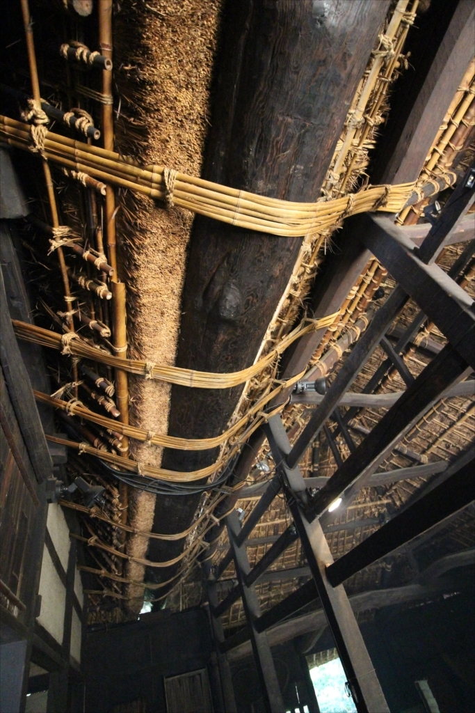 二つの屋根をつなぐクリの木の半割丸太をくり抜いた大きな雨樋_1