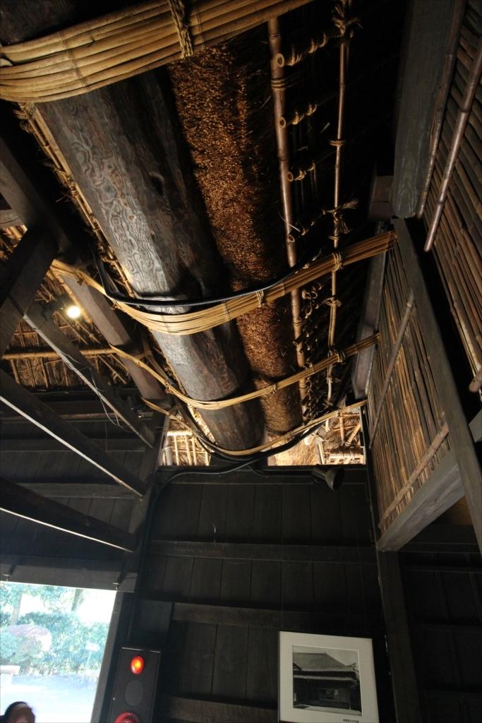 二つの屋根をつなぐクリの木の半割丸太をくり抜いた大きな雨樋_2
