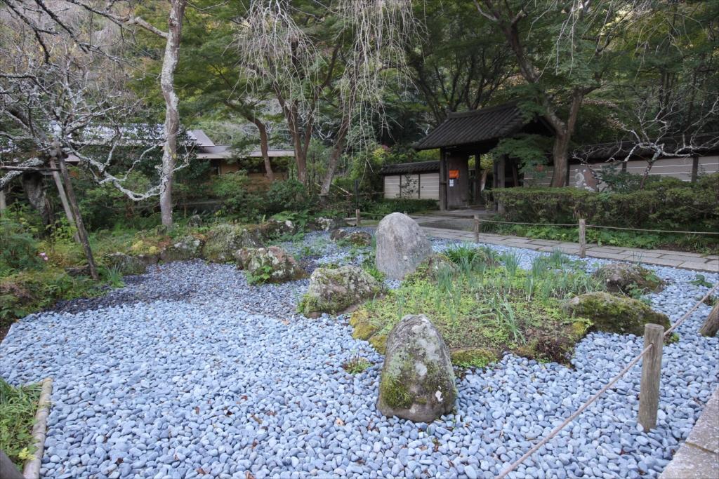 前庭の鶴亀の石庭