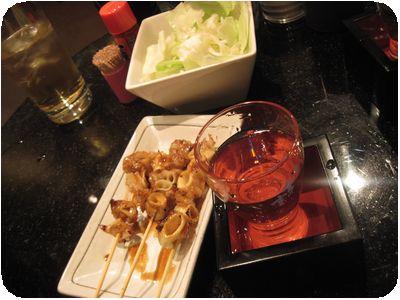 お通し(キャベツ)、日本酒(飲みかけ)、串