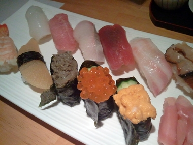 ヲレの勘によると多分 イカ 中トロ カンパチ 赤身 だるま鯛 サザエ 海老 数の子 蟹味噌 イクラ ウニ ですなw