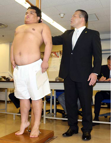 身長を伸ばそうと一生懸命背伸びする伊藤爆羅騎君
