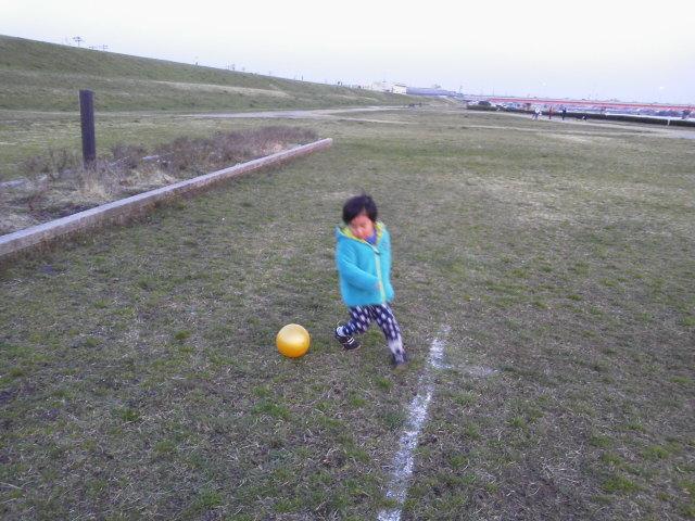 河川敷でサッカー