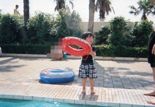 浮き輪を持つ陸ちゃん