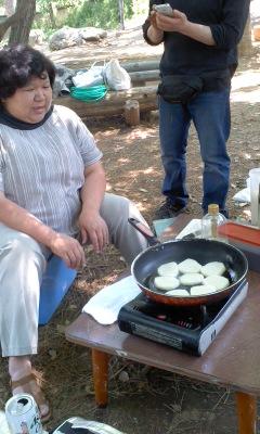 芋餅を焼くYさん130428_1118~01