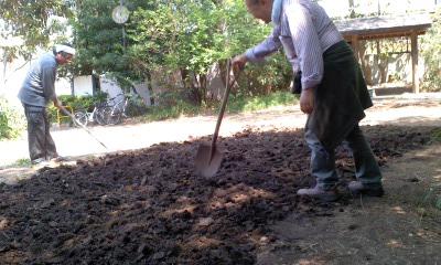土を耕し種まき準備130428_1253~01