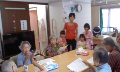 子ども達と手拍子しながら歌う96歳K様