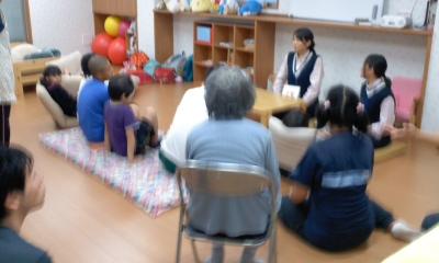 子ども達と一緒に絵本の読み聞き