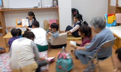 子ども達と一緒に絵本読み聞き