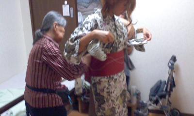 スマイルのお婆ちゃまが孫の様な新人職員の浴衣を着せて