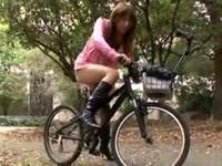 辻本りょう アクメ自転車で公園を羞恥と気持ち良さでお漏らしサイクリング