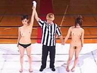 女同士のガチンコ勝負!全裸にされたらリング上で公開セックスの罰ゲーム!