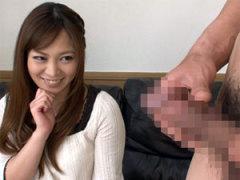 【CFNM】勃起チンコを見つめる美人妻の視線がエロすぎるセンズリ鑑賞