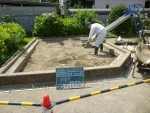 表層の砂を掻き集める