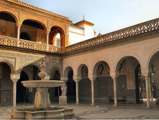滅ぼしたとはいえ、優秀なイスラム文明を崇敬していた王は、そのスタイルそのままに城を作ったという