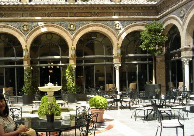 ホテル・アルフォンソの中庭 伝統的なアラビック噴水もB・・・