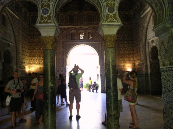 イスラム文化に傾倒していた王が、アルハンブラ宮殿を模して作られたというだけあって、さらに美しい