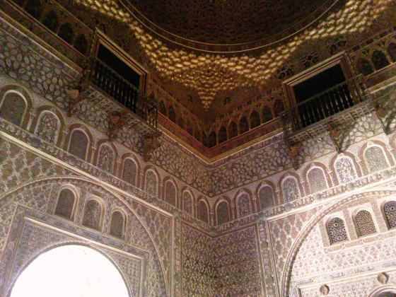 イスラム建築の粋をこらした(ムデハル式)内部装飾 1mmたがわずはめ込む組器技術、神業ですね。