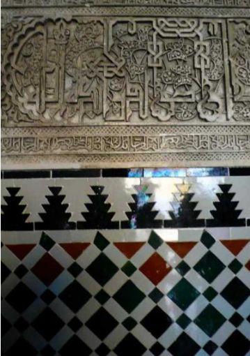 アラベスク模様とタイルのコラボが魅力的