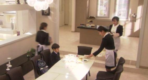419何大会社の御曹司のヘジュン 何人もの召使いが次々と料理を運ぶがたったひとりのさびしい食事