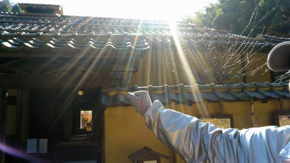 とつとつ庵 ガイドさんのジャンパーもシルバーに輝いて・・・不思議なオーラを感じる屋敷