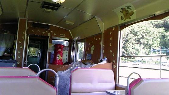 お座トロ電車なんだか、童話の世界にいるみたい。猫駅長、ばすのイラストまでが天井に・・・