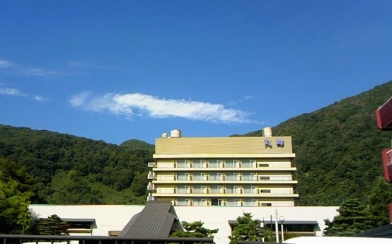 この日は会津芦ノ牧温泉泊。派手さは無いが、抜けるような青空。山と渓谷沿いの温泉が最高