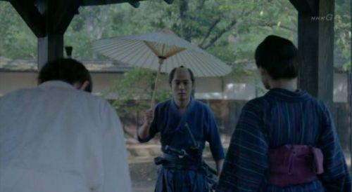 八重307いきなりあらわれた庄之助にちょっとやきもちっくな山川家の息子。さりげなく傘をおいて去るところにほのかな恋ごころが・・・このシーンよかったですね!
